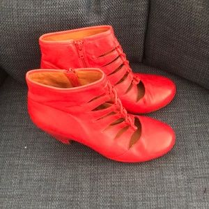 Unique Mix Mooz  Throne Ankle boots-red leather.